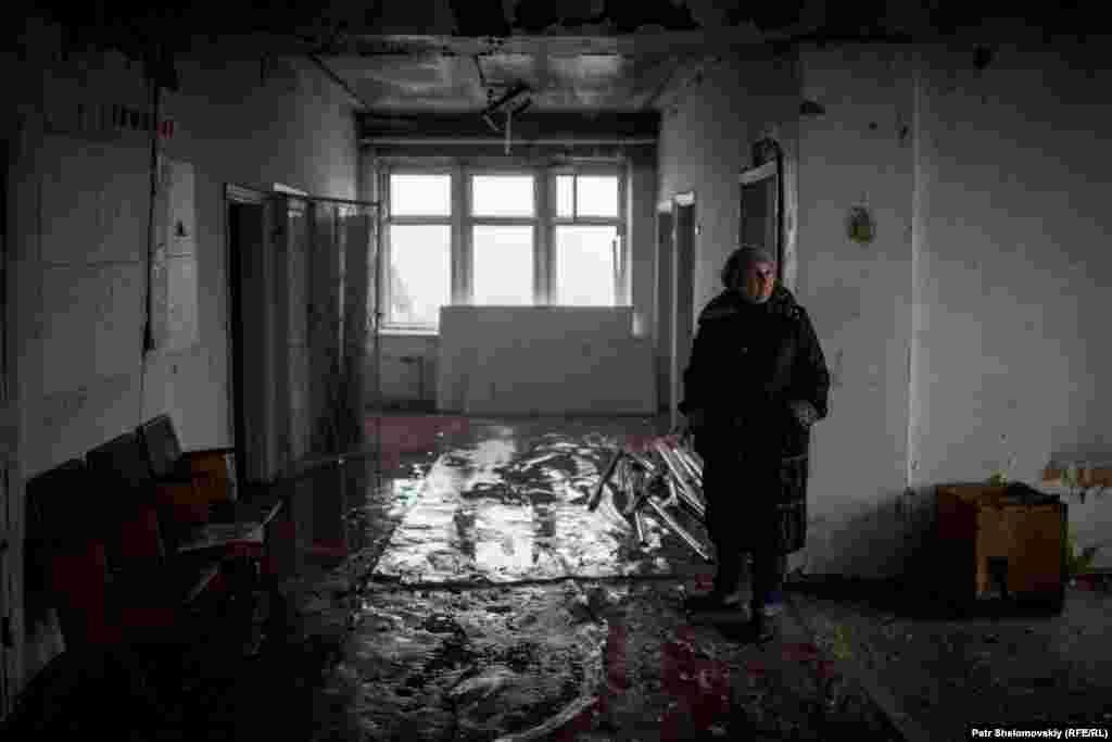 Из-за массированных обстрелов больница оказалась полностью разрушена. Марченко спасла часть медицинского обородования и медицинские карты пациентов – теперь все это хранится у нее дома
