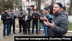 Пикет крымскотатарских активистов в Симферополе