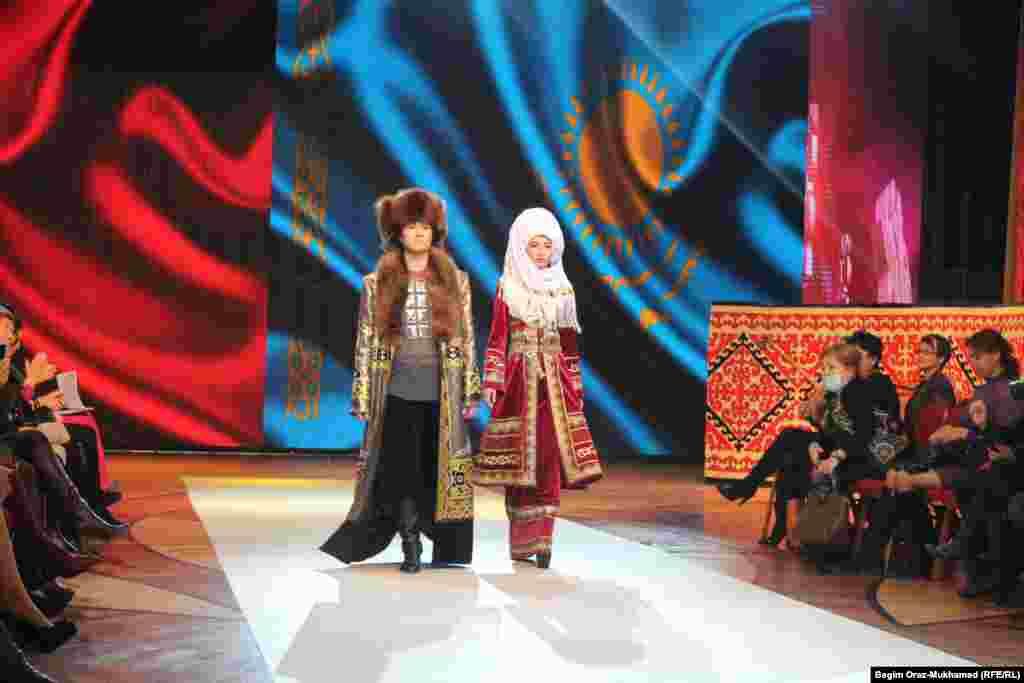 Модели демонстрируют казахскую национальную одежду в образе Касым-хана и Биби-ханым.