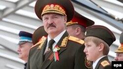 Александр Лукашенко с младшим сыном Николаем на параде победы 9 мая