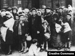 Группа венгерских евреев по прибытию в Аушвиц. Лето 1944 года