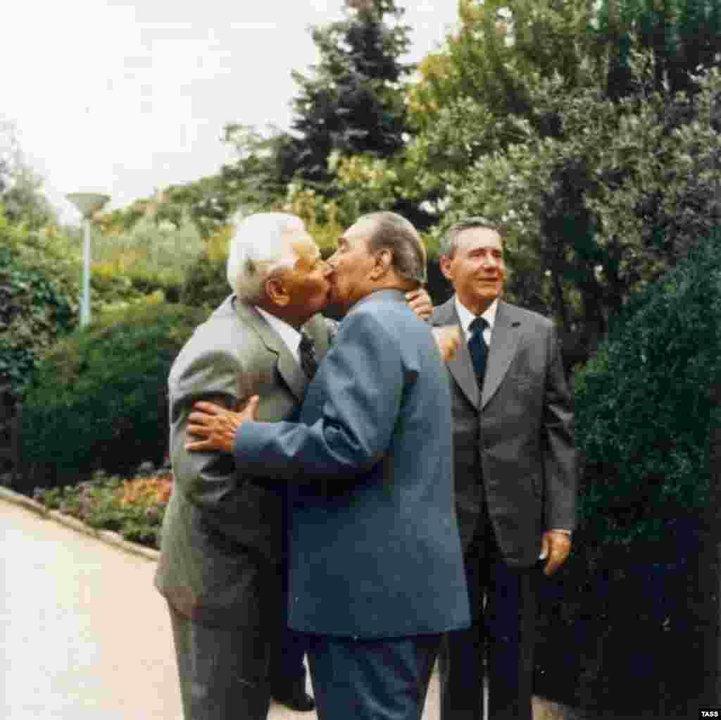 Советский лидер Леонид Брежнев больше других известен своими поцелуями. На фотографии он целуется с Константином Черненко в Крыму, 1980 год