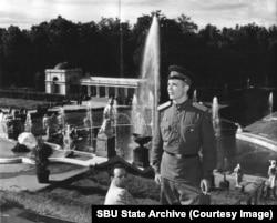 Советский военный на ступеньках Петергофа