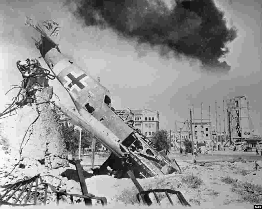 Сбитый немецкий истребитель Мессершмитт-109 в центре разрушенного Сталинграда.
