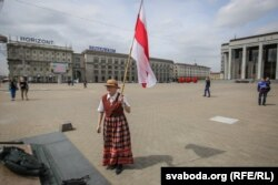 Bahinskaya brandishes Belarus's illegal flag in Minsk in 2016