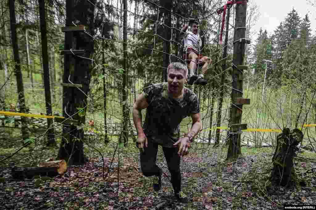 """Большая часть трассы проходила по лесу и грязи, а недавно прошедший дождь добавил """"удовольствия"""" спортсменам"""