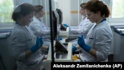Работники Московской антидопинговой лаборатории в мае 2016 года
