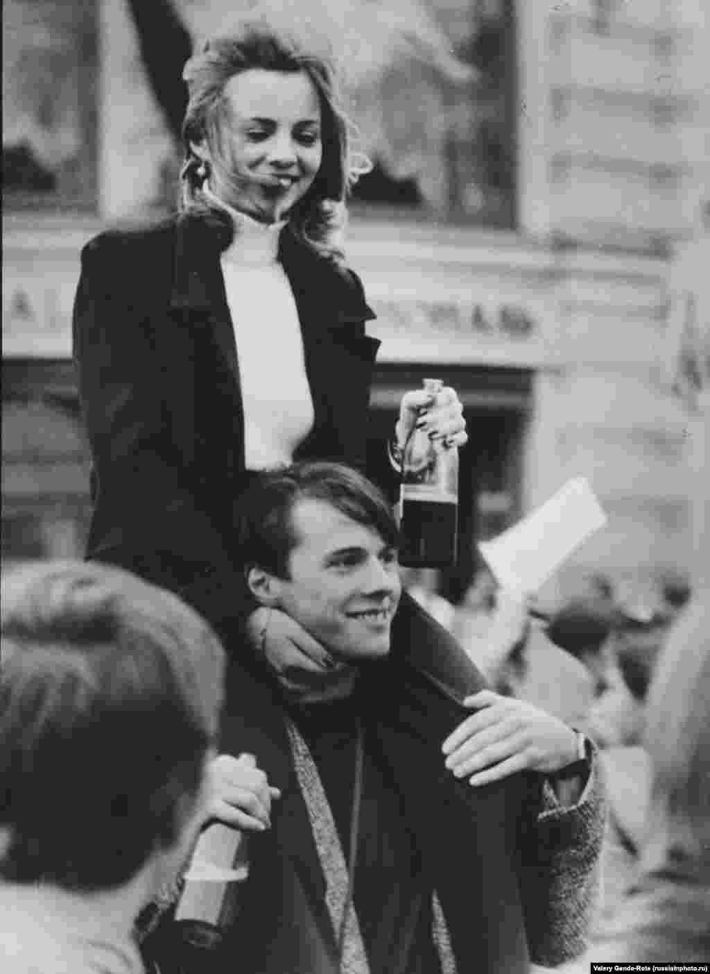 Молодые люди отмечают 850-летие Москвы, 1997 год. Гуляния продолжались целую неделю
