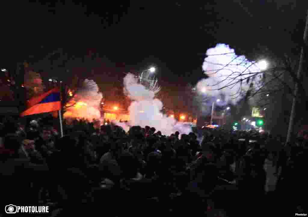 Армения - Столкновения между протестующими и полицией в Гюмри, есть пострадавшие, 15 января 2015 г..