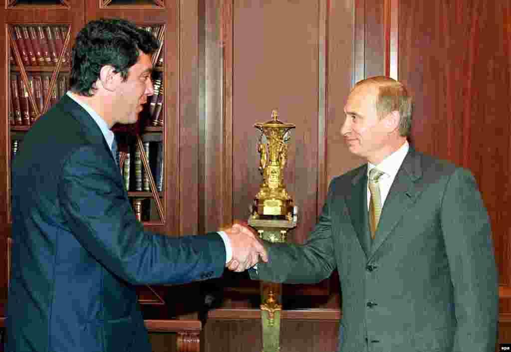 Владимир Путин и Борис Немцов обмениваются рукопожатиями во время встречи в Кремле. 4 июля 2000 года