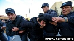 Полиция задерживает участника акции в Баку. 16 февраля 2020
