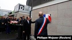Президент Франции Франсуа Олланд и мэр Сен-Дени открывают памятную табличку на Стад-де-Франс