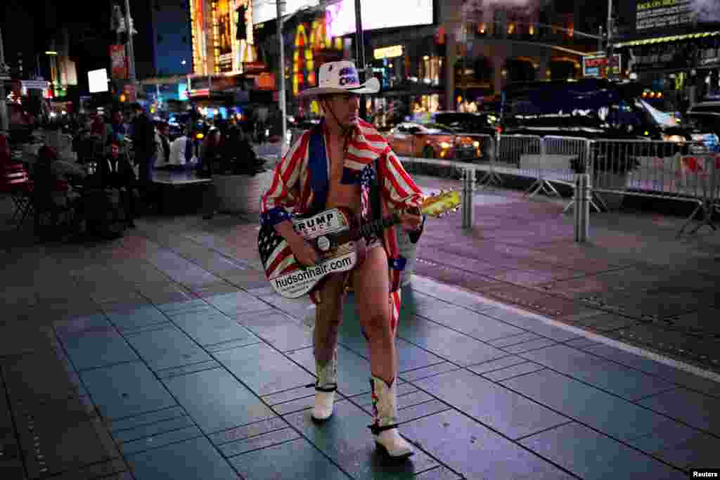 """Один из ярых поклонников Трампа – """"достопримечательность"""" Нью-Йорка – """"голый ковбой"""" пел в честь победы на выборах"""