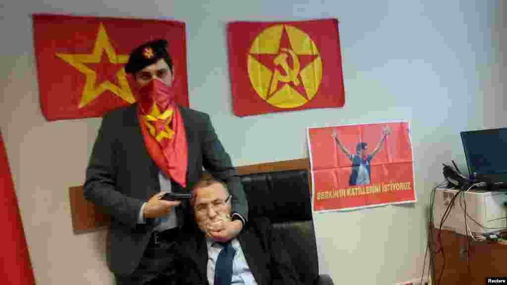 Фотография взятого в заложники турецкого прокурора Мехмета Селима Кираза, который вел расследование гибели подростка, получившего тяжелое ранение во время антиправительственных выступлений в 2013 году. Экстремисты требовали предать народному суду причастных к смерти подростка и отпустить на свободу всех, кто был арестован во время протестов. Кираз получил пять огнестрельных ранений и скончался от полученных ран еще до того, как его смогли освободить органы правопорядка.
