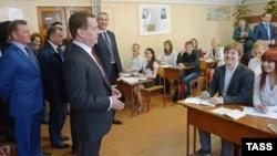 Медведев в школе в Крыму