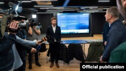 Томаш Вондрачек во время встречи с премьер-министром Чехии Андреем Бабишем, который приехал посмотреть на работу программистов-добровольцев