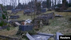 В регионе Эльза на востоке Франции вандалы осквернили сотни могил на еврейском кладбище Сар-Юньон, 16 февраля 2015