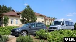 Машины следователей около дома Виктора Бабарико