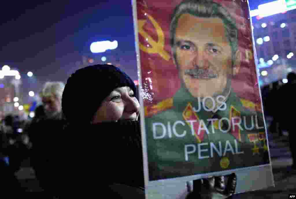 """Однако оказалось, что среди амнистированных может оказаться председатель Социал-демократической партии Румынии Ливиу Драгня, которого обвиняют в превышении полномочий в период с 2006 по 2016 год. Сам Драгня сказал агентству Reuters, что он не понимает, """"чем недовольны протестующие"""". На плакате – портрет Ливиу Драгне"""