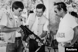 Мэр Родриго Дутерте (слева) с подчиненными. Конец 1980-х