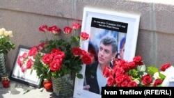 Мемориал в честь Бориса Немцова на Большом Москворецком мосту в Москве