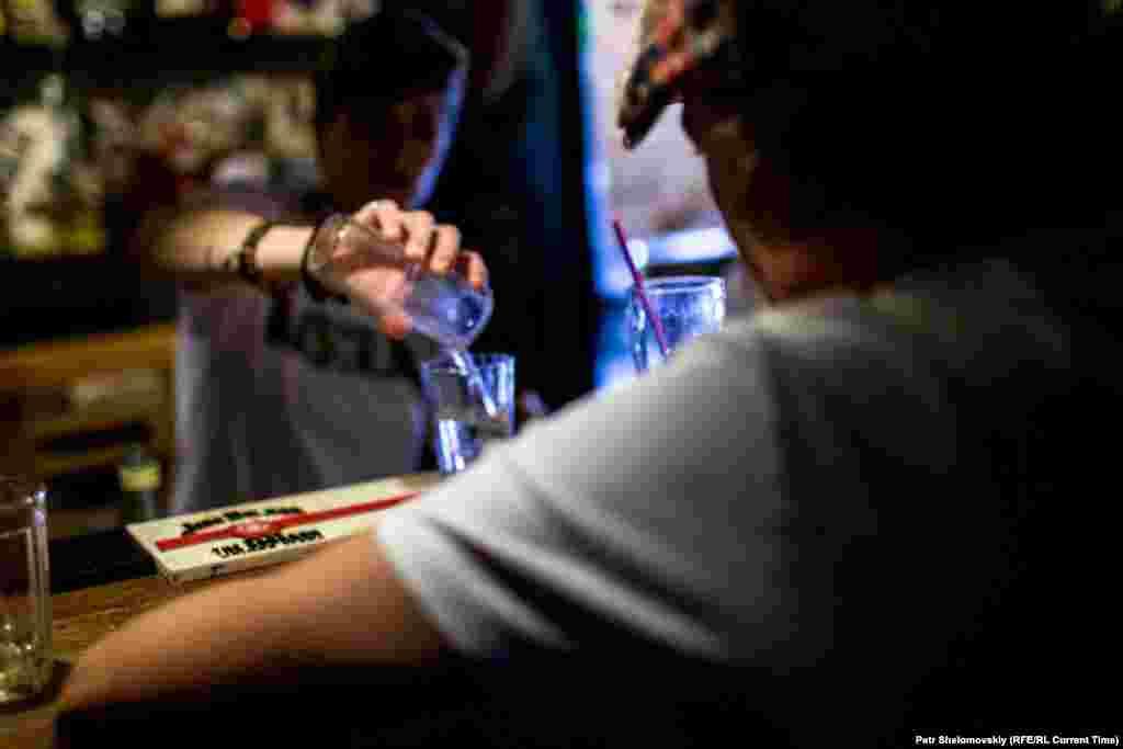 """""""Отвертка"""" - популярный коктейль в донецких барах. Большинство клиентов хранят верность любимым заведениям с довоенных времен"""