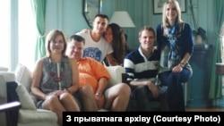 Архивное фото. Семья Бабарико (слева направо): супруга Марина, Виктор, сын Эдуард, его девушка Александра, супруг дочери Марии, сама Мария