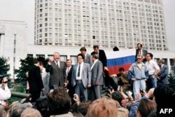 Президент России Борис Ельцин стоит на танке около Белого дома в Москве, 19 августа 1991