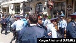 Задержания на митинге против продажи земли иностранцам в Алма-Ате 21 мая 2016 года