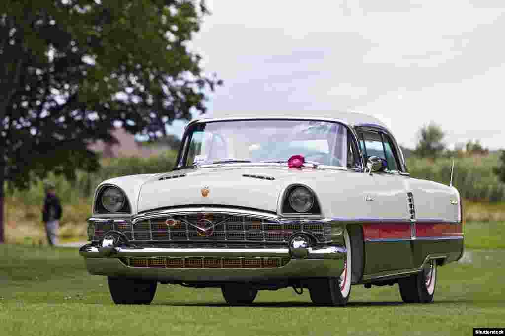 Packard Caribbean 1955 года выпускался в США достаточно недолго и не имел большого успеха. Но вторую жизнь он обрел, когда в 1959 году Советский Союз решил эту модель позаимствовать