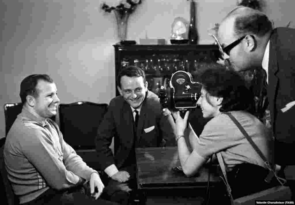 """Гагарин и съемочная группа Пражского телевидения во время съемок фильма """"Я видел Землю, как детский мяч"""", 18 октября 1965 года"""