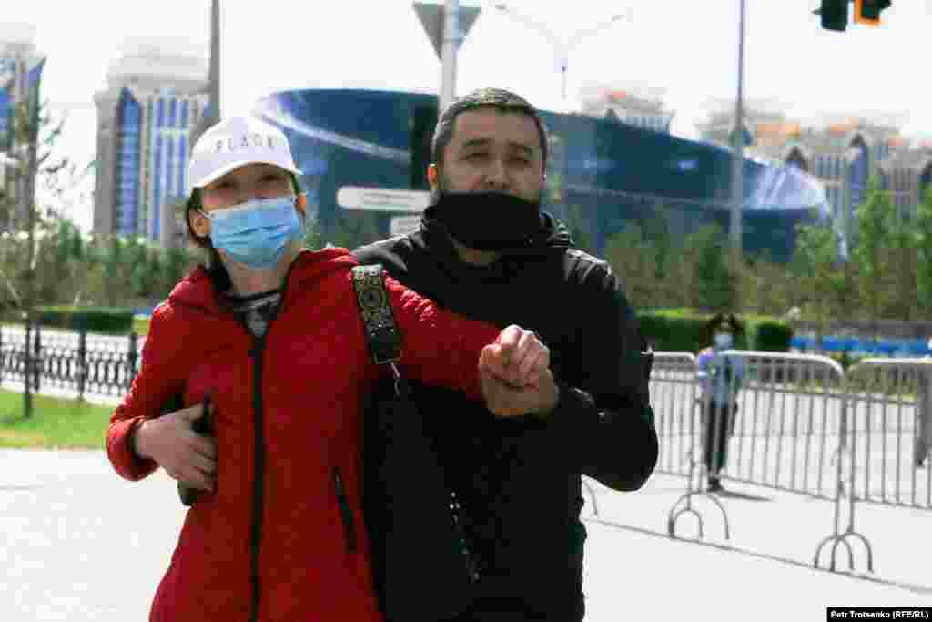 """Подступы к площади Независимости в Нур-Султане полицейские перекрыли, объяснив это также, как и в Алматы, """"дезинфекционными работами"""""""