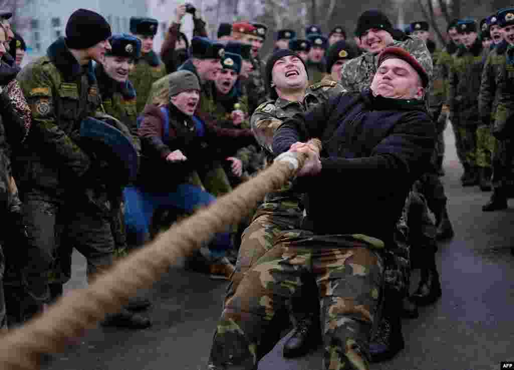 Перетягивание каната – одно из традиционных развлечений на Масленицу. Минск, Беларусь