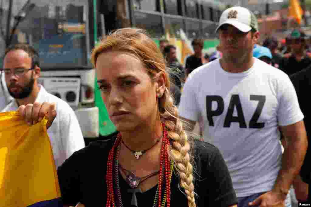 На сегодняшний день многие лидеры оппозиции оказались за решеткой. Но на свободе все еще остается одна из ключевых фигур протеста – Лилиан Тинтори. В прошлом – модель и участница реалити-шоу, политической и правозащитной деятельностью она начала заниматься в 2007 году вместе со своим мужем Леопольдо Лопесом. К 2015 году Тинтори стала лицом венесуэльской оппозиции