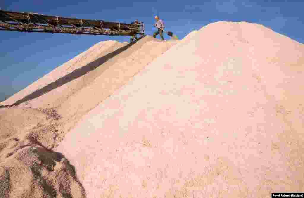 Гора розовой соли, которую собрали для последующей реализации