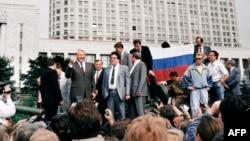 Борис Ельцин и другие противники попытки госпереворота августа 1991 года у Белого Дома в Москве
