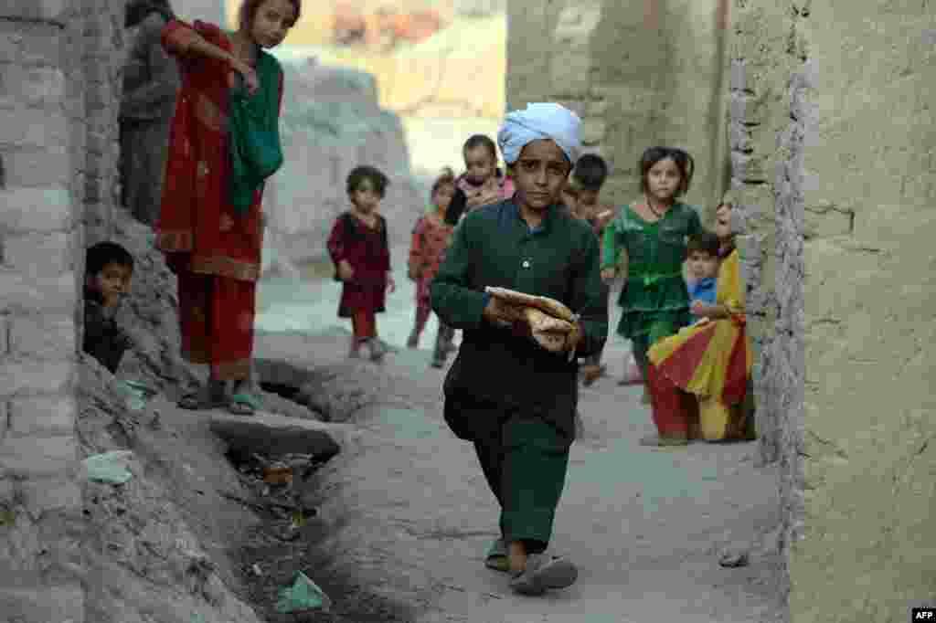 Утро праздника начинается с коллективной праздничной молитвы, люди приходят в мечети в самой нарядной одежде На фото - афганский мальчик несет хлеб для вечернего ифтара