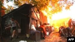 Житель Донецка спасает имущество после перестрелки между украинскими военнослужащими и сепаратистами, 9 июня 2015