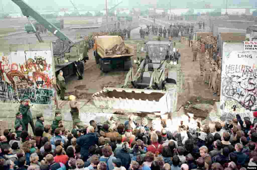 Ноябрь 1989 года: падение Берлинской стены. На пресс-конференции одного из высших чиновников режима ГДР прозвучало заявление, которое многие восприняли как сообщение об открытии границы с ФРГ. Тысячи немцев направились к стене, разделявшей Берлин с 1961 года. В течение нескольких дней стену почти полностью разрушили, и Германия стала единой