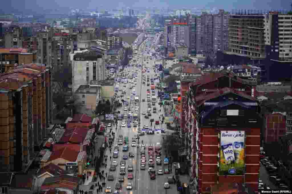 Вид на главную улицу столицы Косова Приштины. 10 февраля в городе был минус 1 градус Цельсия. Автор – местный житель Менсур Гаши