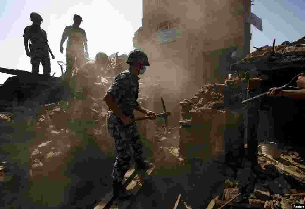 Непальская армия ищет жертв в руинах зданий, разрушенных землетрясением