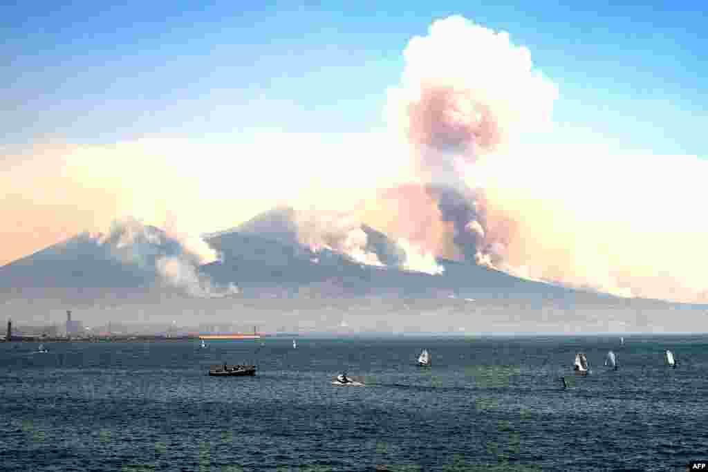 Горел даже склон вулкана Везувий. Итальянские СМИ сообщают, что часть возгораний – поджоги, устроенные местными преступными группировками, которые борются за земельные участки