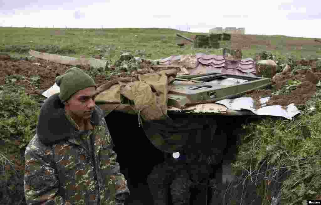 Артиллеристы армии самопровозглашенной Нагорно-Карабахской республики в районе Мардакерта, Нагорный Карабах, 4 апреля 2016