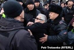 Задержания участников антиправительственной акции в поддержку инициаторов создания оппозиционной Демократической партии. Алматы, 22 февраля 2020 года