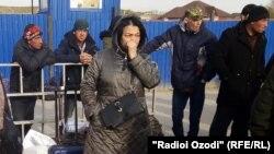 Мигранты из Таджикистана ждут на границе России и Казахстана, фото от 16 марта 2020 года