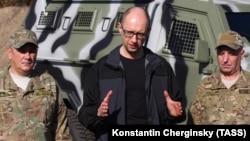 Арсений Яценюк в окружении украинских военных