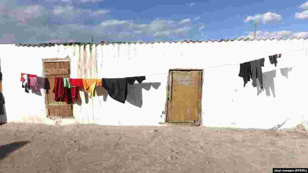 Примерно 80% жителей села – киргизы. И лишь остальные 20% – памирцы