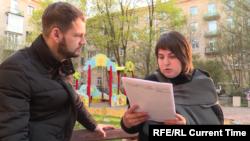 Наталья Баринова зачитывает текст своего заявления в СК