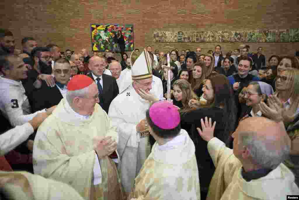 Папа Римский Франциск в тюрьме Ребибия в Риме