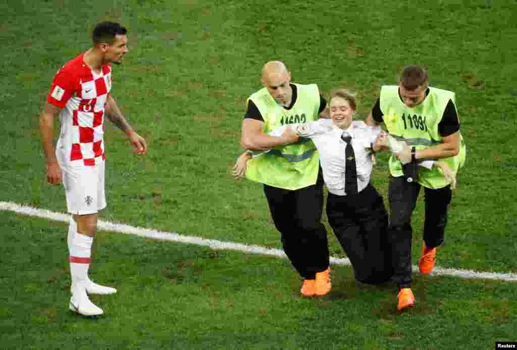 """Четверо участников Pussy Riot выбежали на поле во время финального матча Чемпионата мира по футболу между сборными Франции и Хорватии. Они сделали это в рамках акции """"Милиционер вступает в игру"""""""